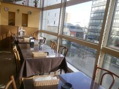 4名テーブル席。昼と夜でがらりと雰囲気が変わる窓際のお席は、デートにもぴったり!