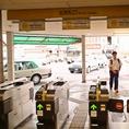 名鉄知立駅の「北口改札」から出てください。改札は階段を下りて正面と右手に2か所ございますが、右手から出ていただく方がわかりやすいです。