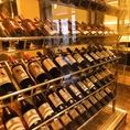店内からご覧いただけるワインセラー。様々な種類のワインを豊富に取り揃えております。お料理に合うワインもご提案させていただいておりますので、お気軽にお声掛けください。