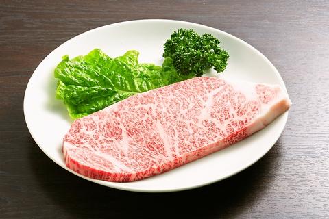 炭火で焼く上質の飛騨牛は格別の味。品質と味に折り紙つきの「飛騨牛料理指定店」。
