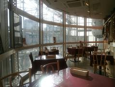 2名テーブル席。開放的な空間で、ゆったりとお食事をお楽しみください♪