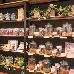 オリジナルの漢方ブレンド茶や自然食品の物販コーナーも充実しております。