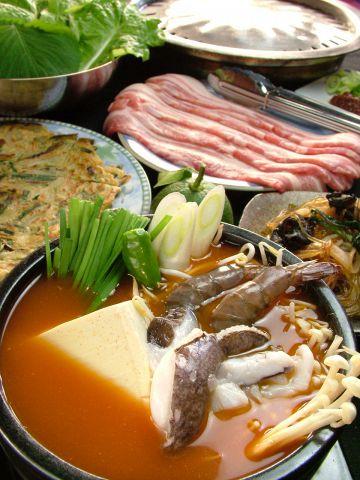 お肉・野菜・海の幸がたっぷり入った海鮮チゲはボニューム満点。