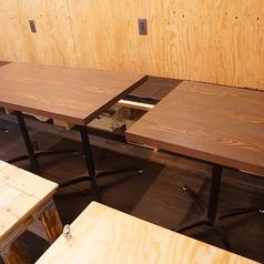 少人数でのご利用に最適なテーブル席です。2名様よりご着席いただけます。椅子の下には荷物を入れる用のボックスがございますので、お気軽にご利用ください!