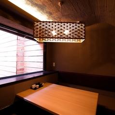お洒落なライトが印象的な4名様用個室。