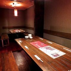 広々としたテーブル個室。個室でありながらゆったりと寛ぐことができ、まるで自分の家に帰ったような落ち着ける空間です。全員で一つのテーブルを囲み家飲みのような感覚で飲み会を楽しむことができます。