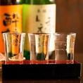 【日本酒飲み比べセット】月替わりでご用意している全国各地の選りすぐりの日本酒を飲み比べでお楽しみいただけます。日本酒好きはもちろんのこと、日本酒に詳しくない方もお好みの日本酒が見つかるはず!