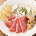 料理メニュー写真気まぐれハムとチーズの盛り合わせ