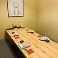 【2~6名席×8卓】 接待や顔合わせにも重宝される個室席。完全個室なので、周りを気にせず自分たちだけの空間でお食事やお話をお楽しみ頂けます。宮崎郷土料理や地酒を囲んで、ゆったりとお寛ぎいただけます。人数やシーンに合わせたお部屋をご案内致します。