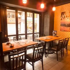開放感のあるテーブル席。会社帰りのサク飲みからちょっとした集まりにも最適です◎佐渡の郷土料理と新潟の地酒が楽しめる『土風炉』で、皆様のお越しをお待ちしております。