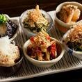 【日本酒のおつまみに】日本酒にぴったりな逸品料理や珍味をご用意しております。漁師から直接仕入れている鮮魚を使用した「お造りの盛り合わせ」や「ホタルイカの酢みそ」、日替わりの「おばんざい」等とご一緒にお楽しみください。