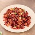 ★★ラーズージー★★ 酒とピッタリ!!辣子鶏 (ラーズージー) は、四川料理の代表的な品目のひとつで、鶏肉のから揚げを大量の唐辛子や花椒などと共に炒めた物。重慶を起源とする料理のため、「重慶辣子鶏」とも呼ばれる。また、肉厚の丸い唐辛子を使用した辣子鶏は貴州料理に分類されることもある。