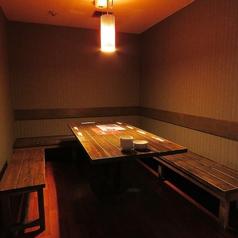 かまくら式の入口をくぐると、温かい木目調が印象的な落ち着いた空間が広がります。縦に並ぶ二つのテーブルを囲む広々とした個室で、各席から部屋全体を見渡せます。会社宴会などに最適です。