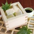 料理メニュー写真わらび餅と抹茶アイスの升仕立て ~黒蜜添え~