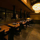 落ち着いた間接照明でテーブル式の和モダン美空間。落ち着いた照明や和空間が心地よく、大切な方との距離がグッと近くなることでしょう。フロアはテーブルを繋げて中団体様のご利用可能。【梅田・居酒屋・焼肉・個室・食べ放題】