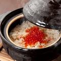 料理メニュー写真鮭とイクラの土鍋ごはん(2~3人前)