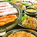 料理メニュー写真生三段バラセット(サンチュ/エゴマ/焼キムチ/ネギサラダ/モヤシナムル他)
