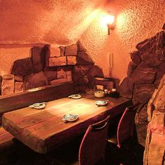 個室風の洞窟ダイニング♪テーブルが3つあるので16名までのパーティにぴったり★洞穴みたいな個室って珍しい★専用モニターも設置しました。貸切でお好きな動画を見ながらもOK★人数等はご相談下さい★予約受け付けます♪