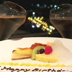 デートに是非ご利用頂きたいお席です!お誕生日やプロポーズにも。夜景をバックにケーキとワインで乾杯・・・。記念日にはデザートプレートもご用意致します!