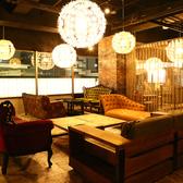 ブラウンを基調にした落ち着いた雰囲気の個室を完備。個室の仕切りは取り外しが可能なため、20名様の個室利用もOK!宴会のご利用にもおすすめの空間です。
