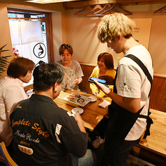 ワイワイと雰囲気でお食事をお楽しみ頂けます。揚げたての天ぷらをサクサクアツアツでお召し上がり頂けます♪