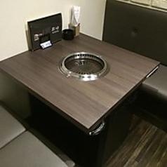 カップルにピッタリ♪ テーブル席をご用意しました!一番壁よりの席になりますので、ごゆったりとお座りいただけます!