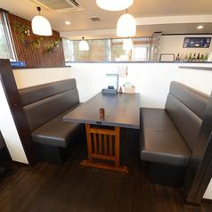 4名様でご利用頂けるテーブル席を6卓ご用意しております。