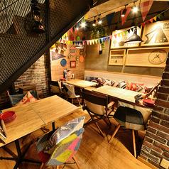 [B1F テーブル席] 階段下のテーブル席は隠れ家的な雰囲気で男性のお客様に人気!