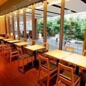 【宴会向きの席】店内手前奥には、2名様がけテーブル席が6卓並びます。お一人様や2名様はもちろん、テーブルを繋げれば12名様までの飲み会も可能です。ガラス越しに見える新緑を眺めながら、ゆったりとお食事やお酒をお楽しみください♪