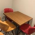 4名テーブル×2卓ございます。心斎橋から徒歩4分と駅チカなので普段使いから小宴会でのご利用にもピッタリです!