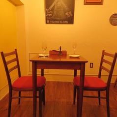 【テーブル席】カップルさんや2.3人での女子会などに最適。ダウンライトのおしゃれな空間で、楽しい時間をお過ごしください。可愛いテーブル席は人気のお席♪女子会にどうぞ☆最大7名様までご利用可能♪プライベート空間でお食事をお楽しみいただけます。単品飲み放題はハイネケンや様々なカクテルも御堪能いただけます。