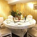 テーブルは中国から直輸入の豪華仕様!!
