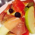料理メニュー写真フルーツと生ハムのサラダ