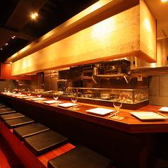 目の前で調理が見えるカウンター席もございます。お1人様でもゆっくりとお食事をお楽しみいただけます★デートにも最適!