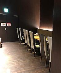 広々として店内空間、ビュッフェでお料理を取りにいきやすいよう通路も余裕のある空間設計です
