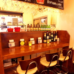 カウンターでは一つ一つ料理が出来上がるのを待ちながらワインを愉しむ。といろいろなシーンでお使いいただけます。女性が入りやすい外観と暖かみのある店内で、ワインとお食事をお楽しみください。