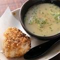 料理メニュー写真本気の鶏がらスープと焼きおにぎりセット