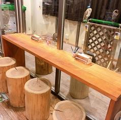 フクロウを間近に眺めることだできるテーブル席。時間帯によってフクロウの動きが変わります。一番人気の席です。