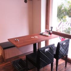 テーブルのお席は2名用・4名用のご用意がございます。グループでのご来店も大歓迎です。【お誕生日・記念日】に嬉しいクーポンのご用意がございます。ぜひご利用ください♪