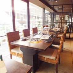 【バリアフリーでご対応可能◎】開放感の有るオープンスペース。カジュアルなテーブル席も多数。人数に応じて組み合わせられるから便利です。