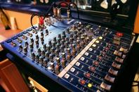 店内の音響設備は本格的! カラオケも楽しめます!!