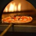 こだわりのピザ窯☆生地の仕込みから焼き上げまで、ピッツァ職人の技を目で楽しみながらお食事をご堪能♪