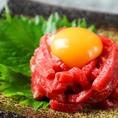 ◆ユッケ風レアステーキ◆まずは上質な赤身もも肉の濃厚な味わいをそのまま楽しんで頂き、次に卵黄を潰してユッケに絡めてお召し上がり下さい♪