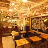 【店内フロア席】テーマは『あそびの倉庫』店内自慢の照明やテーブル達は手作りです。他では味わえないオリジナルの空間で是非うまい酒うまい料理を♪2名様掛けのテーブル席!つなげれば一枚板の木でテーブルを囲い最大6名様でのご利用も可能です♪ 「Funabashi Baseあそび船橋店」