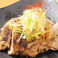 珍しい丹波地鶏の肉を炭火で丁寧に焼いています。様々なジャンルの料理を経験してきたシェフだからこその炭焼きをご堪能下さい!