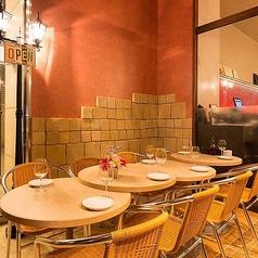 店内のテラステーブル席は、ビアガーデン気分でお過ごしいただけます。爽やかな空気を感じながら、本格イタリアンをお楽しみ頂けるのでまるで海外にいる雰囲気!ご友人やご家族、カップルで、ごゆっくりお過ごしいただける空間をご提供いたします。