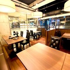 明るく広々とした店内はお客様の空間を邪魔しないよう、お席とお席の間隔をとりプライベート空間をお楽しみいただけます。