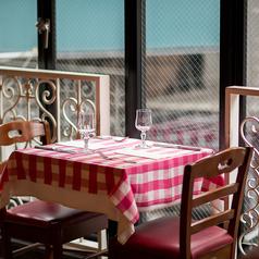 こちらのお席は窓側の開放的なテラス風席でご用意致しております。是非、本格フレンチとご一緒にお楽しみください。他にも半個室のお席もあわせてご用意ありますのでご利用下さい。【渋谷 イタリアン個室 パスタ ピザ ワイン 女子会 スイーツ カフェ ランチ 飲み放題 誕生日 記念日 飲み会 合コン デート パーティ 貸切】