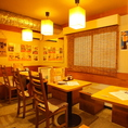 どこか懐かしくもある雰囲気の鶏バル。店内はお客様やスタッフの声で活気づいています。テーブル15席、カウンター8席ご用意しています。