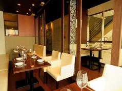 【アーケードに面したテーブル席】席をつなげて大人数でのパーティーも可能です。